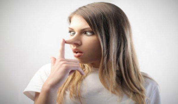 mujer nariz pinocho mentirosa