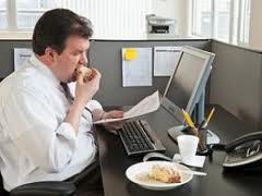 oficina gordo gorda obeso obesa comiendo comer