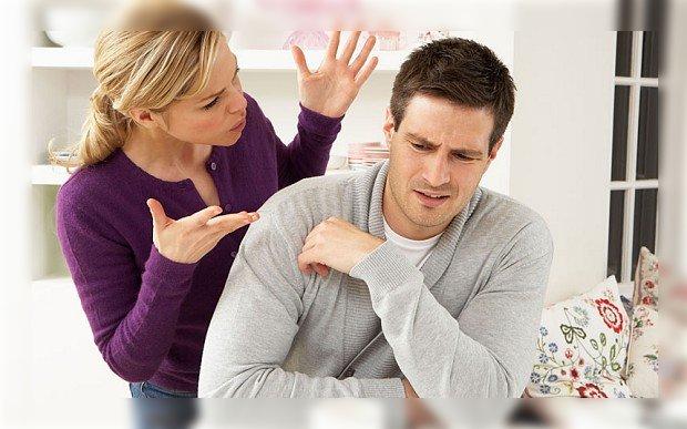 hombre regañado por su pareja