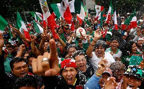 mexicanos celebrando banderas
