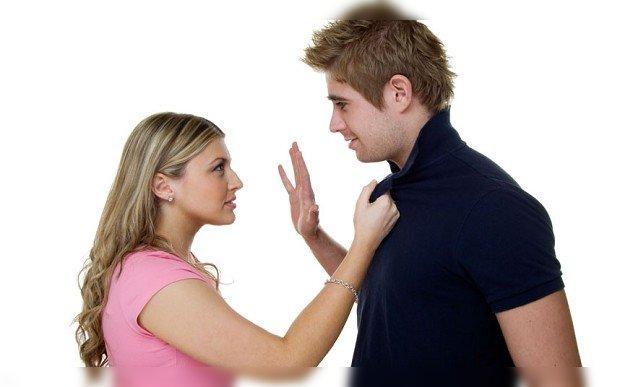 mujer maltratando hombre amenazandolo novio pareja