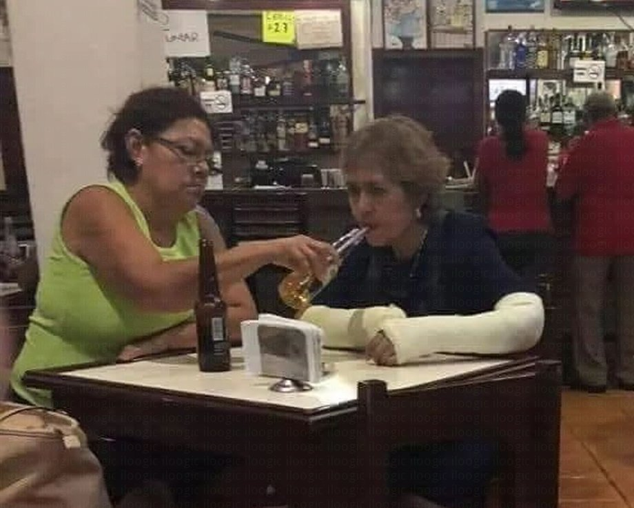 señoras amigas cerveza manos yeso ferula