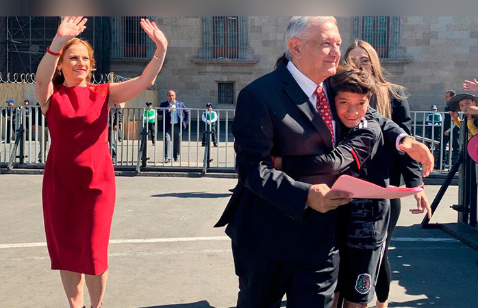 niño abraza amlo presidente
